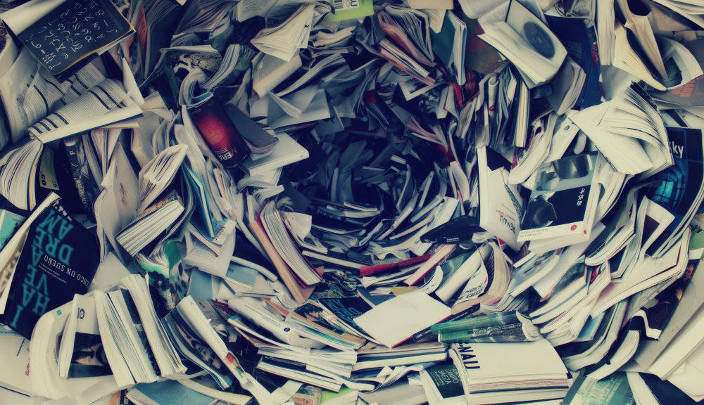 coleção de livros bagunçada